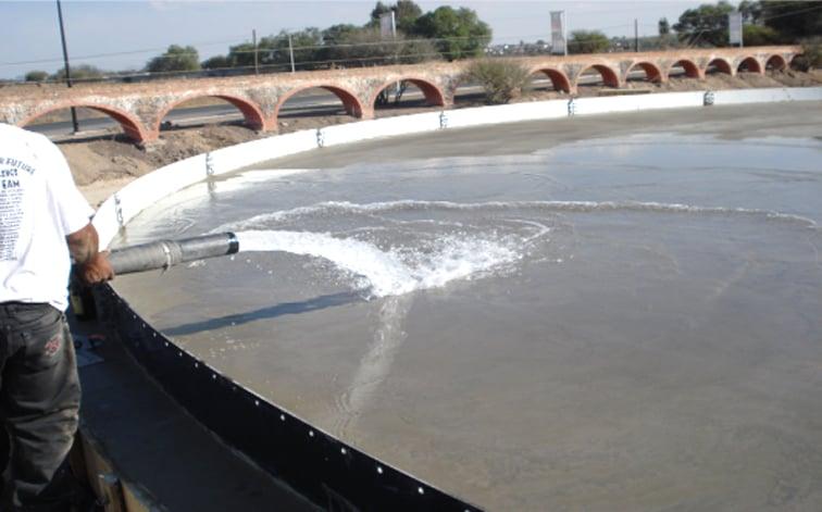 Fraguado de la losa se le echa un espejo de agua de 4 a 6cm por un periodo de 5 a 7 días para el fraguado