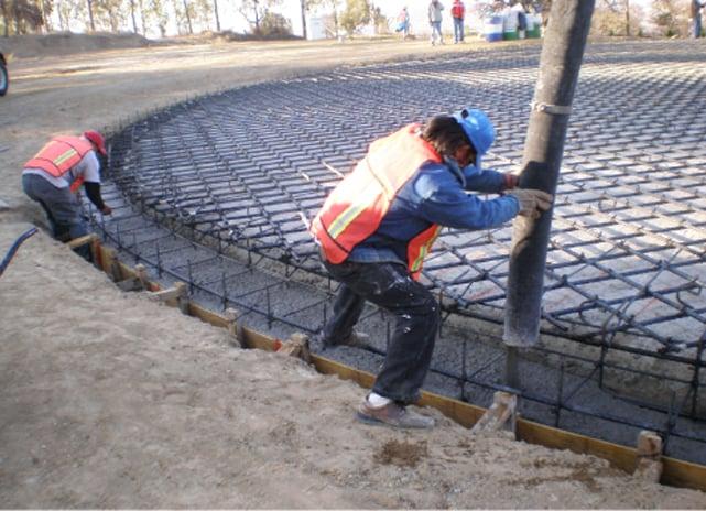 Vaciado de trabe se vacia mientras el concreto esta fresco, se colocan los juegos de anclajey se nivelan los plato